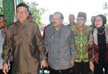 SELANGKAH DENGAN PUSAT: Gubernur Jatim, Soekarwo (dua dari kiri), ajak wali kota se-Indonesia untuk menerbitkan peraturan (Perda atau Perwali) yang melarang Ormas anti Pancasila. | Foto: Ist