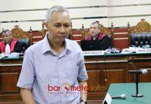 DITUNTUT 5 TAHUN PENJARA: Rudi Indra Prasetya usai dituntut lima tahun penjara dalam persidangan di Pengadilan Tipikor Surabaya, Senin (11/12). | Foto: Barometerjatim.com/ROY HASIBUAN
