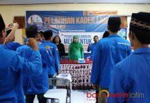 KEHOFIFAH BERSAMA SAHABAT PMII: Mensos Khofifah Indar Parawansa menyanyikan mars PMII saat Pelatihan Kader Lanjut (PKL) se-Jatim di Bangkalan, Minggu (24/12). | Foto: Barometerjatim.com/ROY HASIBUAN