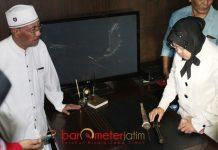 PENINGGALAN KAKEK BUYUT: Tri Rismaharini (kanan) di hadapan Cak Anam melihat keris peninggalan kakek buyutnya, Mbah Jayadi di Museum NU Surabaya. | Foto: Barometerjatim.com/ROY HASIBUAN