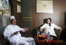 RISMA TAK MAJU PILGUB JATIM: Choirul Anam dan Tri Rismaharani saat menggelar pertemuan di Museum Nahdlatul Ulama (NU) Surabaya, Senin (8/1). | Foto: Barometerjatim.com/ROY HASIBUAN