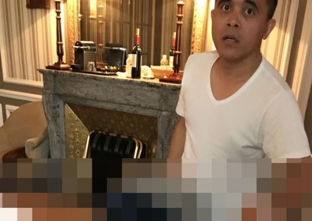LAGI, FOTO MIRIP ANAS: Pria mirip Azwar Anas memegang sebuah power bank tanpa celana, diduga di sebuah kamar hotel mewah. | Foto: Ist