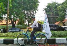 TIGA HARI NGONTHEL: Aksi Moh Yunus ngonthel dari Malang ke Surabaya demi turut mengantar Khofifah-Emil mendaftar ke KPU Jatim. | Foto: Barometerjatim.com/ROY HASIBUAN