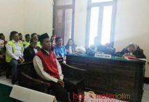 DITUNTUT 20 TAHUN PENJARA: Totok Suriyanto menjalani sidang tuntutan di PN Surabaya. Kurir narkoba wilayah Tapal Kuda ini dituntut 20 tahun penjara. | Foto: Barometerjatim.com/ABDILLAH HR