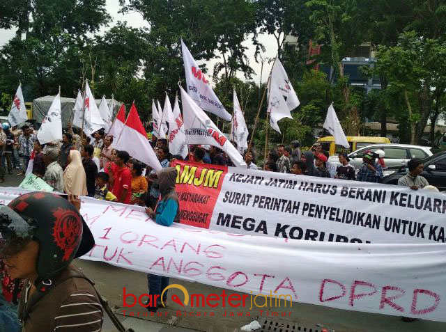 USUT TUNTAS KASUS P2SEM: Massa Komite Mahasiswa Anti Korupsi (Komak) menggelar aksi di depan Gedung Kejati Jatim terkait kasus P2SEM, Rabu (31/1). | Foto: Barometerjatim.com/ABDULLAH HR