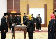 PENGUKUHAN: Gubernur Soekarwo mengukuhkan Kepala UPT SMAN/SMKN/SLBN Dinas Pendidikan Jatim di Gedung Negara Grahadi, Surabaya, Jumat (5/1). | Foto: Ist