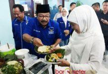 GEMAR NASI PECEL: Pakde Karwo dan Khofifah sama-sama suka nasi pecel saat keduanya melakukan silaturahim di kantor DPD Partai Demokrat Jatim, Surabaya, Selasa (30/1). | Foto: Barometerjatim.com/ABDILLAH HR