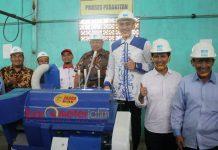 PABRIK ALAT PERTANIAN: Cawagub Jatim, Emil Dardak mengunjungi produsen serta distributor alat dan mesin pertanian di Dolopo, Madiun, Selasa (27/2). | Foto: Barometerjatim.com/ABDILLAH HR