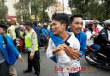 DEMO BERUJUNG RICUH: Salah seorang mahasiswa menenangkan temannya dalam kericuan saat aksi penolakan Revisi UU MD3, Senin (19/2). | Foto: Barometerjatim.com/ABDILLAH HR