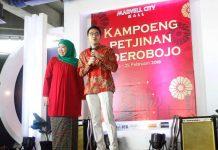 PIAWAI BAHASA MANDARIN: Jalaluddin Mannagalli bersama ibundanya, Khofifah Indar Parawansa saat pembukaan Festival Jajanan Kampoeng Petjinan di Surabaya, Jumat (16/2). | Foto: Barometerjatim.com/MARIJAN AP