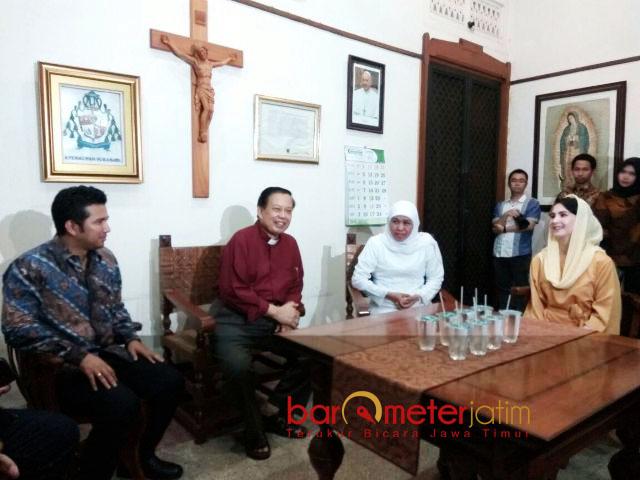 BANGUN KOMUNIKASI: Pasangan Khofifah-Emil Dardak menyambangi Keuskupan Surabaya untuk membangun komunikasi dengan seluruh elemen masyarakat Jatim, Jumat (23/2). | Foto: Barometerjatim.com/NANTHA LINTANG