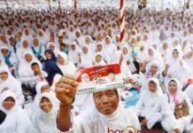 WIS WAYAHE!: Seorang ibu anggota Muslimat NU NU menunjukkan stiker bergambar Khofifah-Emil saat acara Khofifah Ngaji Bareng Muslimat NU Bojonegoro, Selasa (27/2). | Foto: Barometerjatim.com/MARIJAN AP