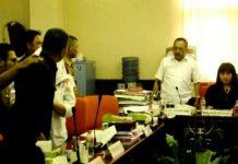NYARIS ADU JOTOS: Ketua DPRD Surabaya, Armudji dan Kepala Satpol PP Surabaya, Irvan Widyanto nyaris adu jotos saat hearing. | Foto: Ist