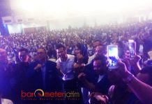 MEMBIRU BERSAMA PAN: Zilkifli Hasan, Emil Dardak serta Arumi Bachsin bersama ribuan kader PAN di JX Internasional, Surabaya, Rabu (7/2) petang. | Foto: Barometerjatim.com/NANTHA LINTANG