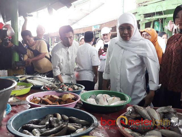PASAR BASAH: Cagub Jatim, Khofifah Indar Parawansa mendatangi stand ikan di Pasar Taman Sepanjang, Sidoarjo, Rabu (28/2) pagi.   Foto: Barometerjatim.com/ABDILLAH HR