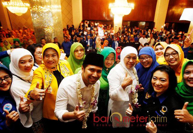 JAGA KEBERSAMAAN: Khofifah-Emil foto bersama usai menghadiri deklarasi dan konsolidasi pemenangan di Hotel Garden Palace, Surabaya, Senin (12/2). | Foto: Barometerjatim.com/MARIJAN AP