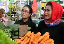 PUTI TAK DIKENAL: Ditemani Sri Untari, Puti (kanan) saat berkunjung ke Pasar Oro-oro Dowo, Kota Malang. Sosok Puti ternyata tak dikenali masyarakat setempat.   Foto: Ist