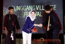DUTA WISATA DESA: Istri Cawagub Emil Dardak, Arumi Bachsin dinobatkan sebagai Duta Wisata Desa di dalam acara Glinggang Village Fest Ponorogo, Sabtu (24/3) malam. | Foto: Barometerjatim.com/ROY HASIBUAN