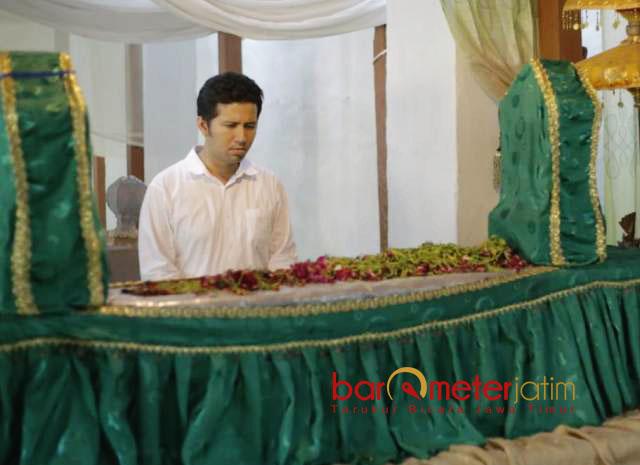 SAMBUNG DOA: Cawagub Emil Dardak ziarah ke makam Kanjeng Jimat di Desa Kacangan, Kecamatan Berbek, Nganjuk, Minggu (10/3).   Foto: Barometerjatim.com/ABDILLAH HR