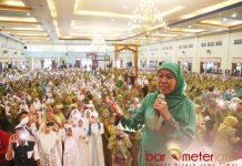 SOLIDITAS MUSLIMAT NU: Khofifah menghadiri Harlah ke-72 Muslimat NU yang digelar PC Muslimat NU Sumenep di Gedung Adipoday, Sumenep. | Foto: Barometerjatim.com/MARIJAN AP