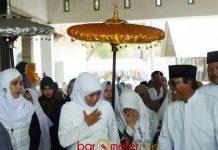 TRADISI SOWAN KE PESANTREN: Cagub Khofifah Indar Parawansa, silaturahim ke pesantren dan kiai menjadi penting untuk menyambung doa. | Foto: Barometerjatim.com/ROY HASIBUAN
