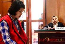 VONIS RINGAN: Miftakhul Jannah menjalani sidang vonis kasus penjualan anak di bawah umur di PN Surabaya, Selasa (6/3).   Foto: Barometerjatim.com/ABDILLAH HR