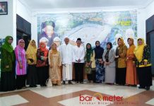 KELUARGA BESAR NU: Pengurus Muslimat NU dan PWNU Jatim foto bersama usai menggelar pertemuan internal di kantor PWNU Jatim, Surabaya. | Foto: Barometerjatim.com/ROY HASIBUAN