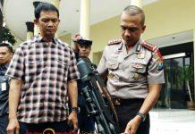 LARAS PANJANG: Polisi menunjukkan senjata yang dipakai untuk menembaki mobil milik Kepala Dinas Cipta Karya Surabaya, Ery Cahyadi. | Foto: Barometerjatim.com/NANTHA LINTANG
