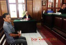 PENGGELAPAN SAHAM: Terdakwa Bambang Poerniawan menjalani sidang di Pengadilan Negeri Surabaya. Senin (19/3).   Foto: Barometerjatim.com/ABDILLAH HR