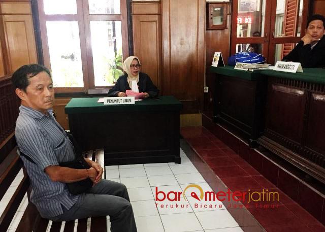 PENGGELAPAN SAHAM: Terdakwa Bambang Poerniawan menjalani sidang di Pengadilan Negeri Surabaya. Senin (19/3). | Foto: Barometerjatim.com/ABDILLAH HR