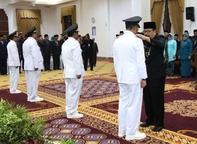PELANTIKAN PJ BUPATI: Gubernur Soekarwo melantik empat Pj bupati di Gedung Negara Grahadi, Surabaya, Selasa (13/3).   Foto: Ist