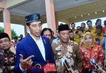 KUNKER PRESIDEN DI LAMONGAN: Presiden Jokowi saat melakukan kunjungan kerja di Kabupaten Lamongan, Kamis (8/3). | Foto: Barometerjatim.com/HAMIEM ANWAR