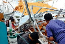PASIEN TERJEPIT RERUNTUHAN: Sejumlah pasien terjepit di reruntuhan material bangunan ruang saraf RSAL Dr Ramelan Surabaya yang ambruk, Minggu (18/3).   Foto: Ist
