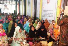 BANGUN KEKUATAN: Ibu-ibu warga Kota Surabaya pendukung Khofifah membangun kekuatan dari Rumah Aspirasi, Surabaya, Kamis (22/3). | Foto: Barometerjatim.com/ABDILLAH HR