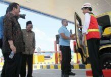 CANDA JOKOWI-PAKDE KARWO: Presiden Jokowi bercanda dengan Gubernur Soekarwo saat peresmian pengopersian jaln tol Ngawi-Wilangan sepanjang 51,95 Km, Kamis (29/3). | Foto: Ist