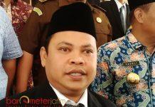 KRITIK KINERJA KPU: Ketua Panwaslu Lamongan, Tony Wijaya sayangkan kinerja KPU yang tak kunjung menerbitkan APK. | Foto: Barometerjatim.com/HAMIM ANWAR