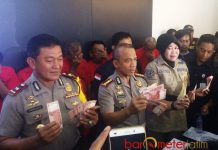 PEREDARAN UANG PALSU: Pihak Polrestabes Surabaya menunjukkan barang bukti uang palsu dan tersangka yang diamankan. | Foto: Barometerjatim.com/NANTHA LINTANG