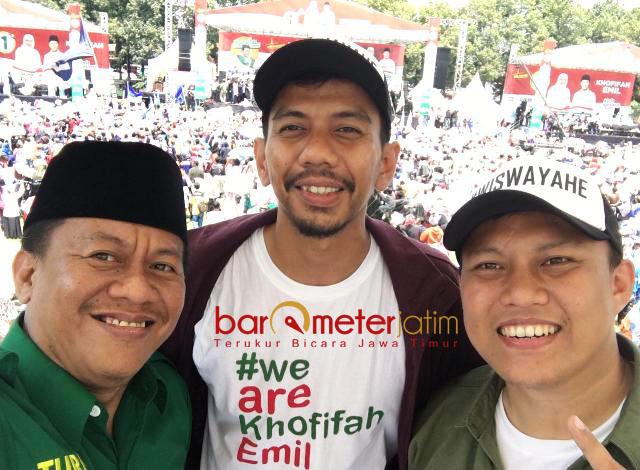 SIAP ADU KARYA: Sekber Relawan Khofifah-Emil, Ari Kusuma (kanan) saat kampanye akbar Khofifah-Emil di Jombang, Minggu (1/4). | Foto: Barometerjatim.com/ROY HASIBUAN