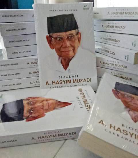 REFLEKSI KEHIDUPAN: Buku biografi KH A Hasyim Muzadi, refleksi kehidupan dalam bernegara dan beragama di Indonesia.   Foto: Barometerjatim.com/SYAIFUL KHUSNAN