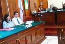 CHINCHIN MENANG: Sidang gugatan Chinchin di Pengadilan Negeri Surabaya, Rabu (18/4). Majelis hakim mengabulkan gugatan.   Foto: Barometerjatim.com/ABDILLAH HR