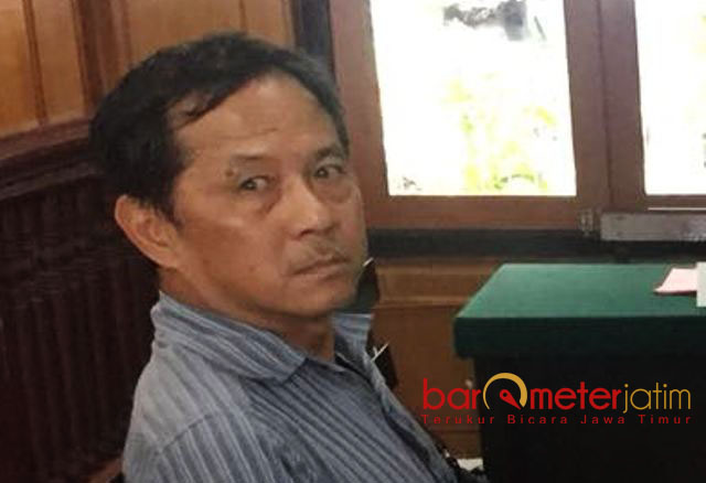 PERKARA PENGGELAPAN SAHAM: Bambang saat menjalani sidang sebagai terdakwa perkara penggelapan saham PT SC. | Foto: Barometerjatim.com/DOK