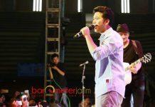 MILLENIAL FAIR: Cawagub Emil Dardak duet bareng Anjie dalam Gelaran Millennial Fair di GOR Jayabaya, Kediri, Minggu (22/4). | Foto: Barometerjatim.com/ROY HASIBUAN