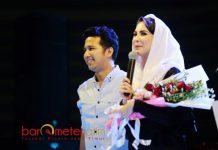 BUNGA TANDA CINTA: Arumi mendapat kejutan dari Emil Dardak. Seikat bunga untuk istri tercinta di momen Hari Kartini. | Foto: Barometerjatim.com/ROY HASIBUAN