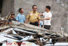 TINJAU LOKASI: Harry Hikmat (tengah) saat meninjau proses penanganan kebencanaan gempa bumi di Posko Pengungsi Kecamatan Kalibening, Minggu (22/4). | Foto: Barometerjatim.com/ROY HASIBUAN