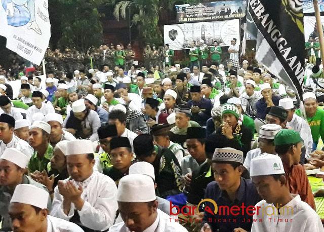 ANSOR BERSHALAWAT: Ribuan pemuda larut dalam kegiatan Ansor NU Bersholawat di Masjid Cheng Ho Surabaya, Rabu (25/4). | Foto: Barometerjatim.com/ROY HASIBUAN