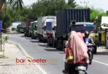 TONASE BERAT: Jalan Raya Deandles mengalami kepadatan kendaraan akibat pengalihan arus lalu lintas pasca Jembatan Widang ambruk. | Foto: Barometerjatim.com/HAMIM ANWAR