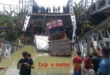 JEMBATAN PATAH: Jembatan Babat-Widang sisi barat pada bentang ketiga patah, Selasa (17/4) siang. Lima orang menjadi korban. | Foto: Barometerjatim.com/HAMIM ANWAR