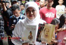 KAMPOENG ILMU: Khofifah membeli buku Kartini dan Biografi Gus Dur di pasar buku Kampoeng Ilmu, Bubutan, Surabaya, Sabtu (21/4). | Foto: Barometerjatim.com/MARIJAN AP