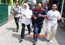 LARI DUA KILOMETER: Cagub Khofifah berlari sejauh dua kilometer demi menghadiri acara peringatan Hari Kartini di Tandes, Surabaya, Sabtu (21/4). | Foto: Barometerjatim.com/MARIJAN AP