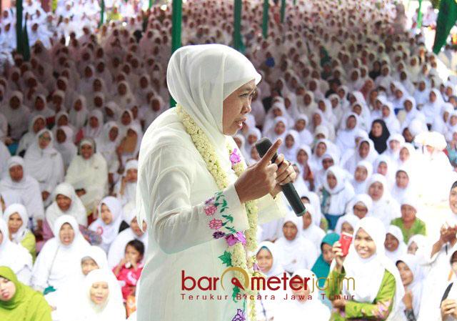 HARLAH MUSLIMAT NU: Cagub Khofifah Indar Parawansa saat menghadiri Harlah ke-72 Muslimat NU di Ponpes Bustanul Ulum Curang Kalong, Jember, Kamis (5/4).   Foto: Barometerjatim.com/MARIJAN AP